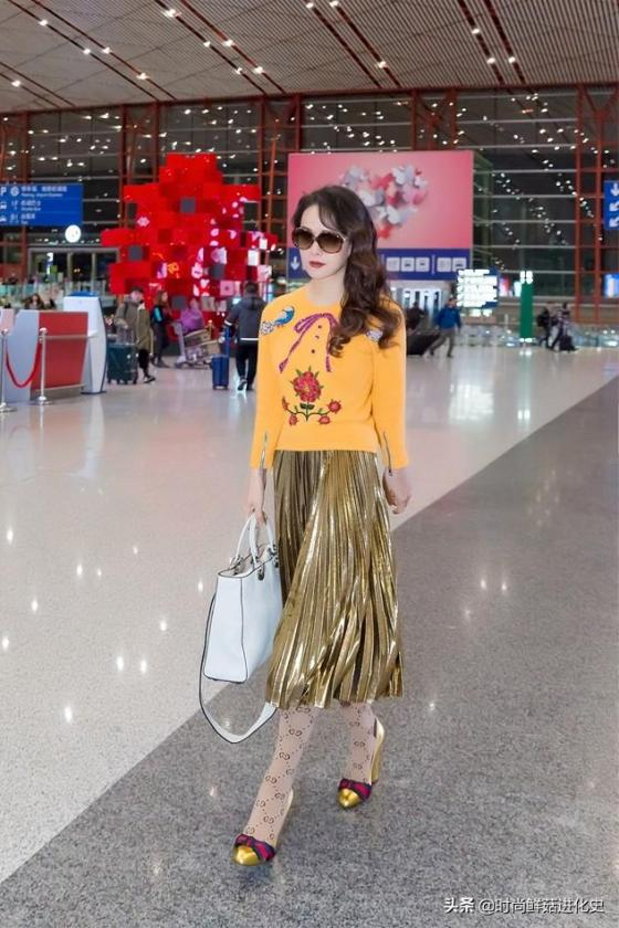 伊能静真是富婆!黄毛衣加黄金裙,20岁容貌50岁