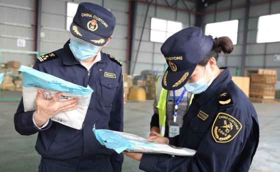 13万只口罩等防疫物资搭乘中欧班列(成都)紧急运往欧洲